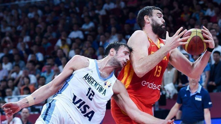 15сентября. Пекин. Аргентина— Испания— 75:95. Испанец Марк Газоль (справа) стал вторым игроком вистории, кто водин год стал чемпионом НБА имира. Фото AFP