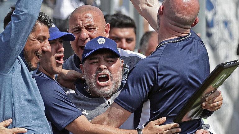 15сентября. Ла-Плата. «Химнасия»— «Расинг»— 1:2. Эмоции Диего Марадоны после ответного гола.