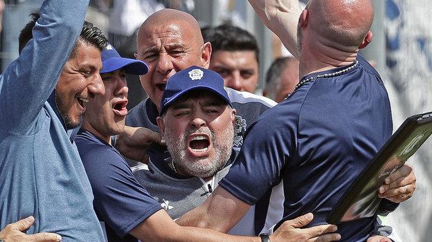 15сентября. Ла-Плата. «Химнасия»— «Расинг»— 1:2. Эмоции Диего Марадоны после ответного гола. Фото REUTERS