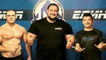220-килограммовый силач вышел против бойца, который меньше его втри раза. Кто победил?