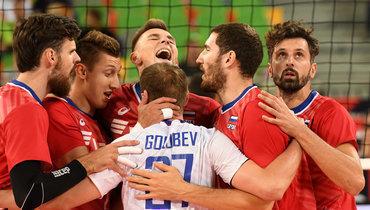 Волейболисты сборной России празднуют победу над Грецией.