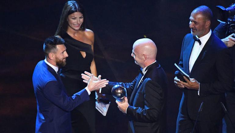 23сентября. Милан. Джанни Инфантино награждает Лионеля Месси. Фото Reuters