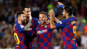 24сентября. Барселона. «Барселона»— «Вильярреал»— 2:1. Артур (вцентре) празднует гол сЛионелем Месси (слева), Серхио Бускетсом (второй слева) иЛуисом Суаресом.