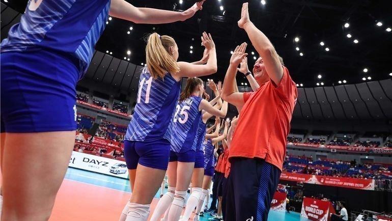 Серджио Бузато сигроками женской сборной России. Фото FIVB