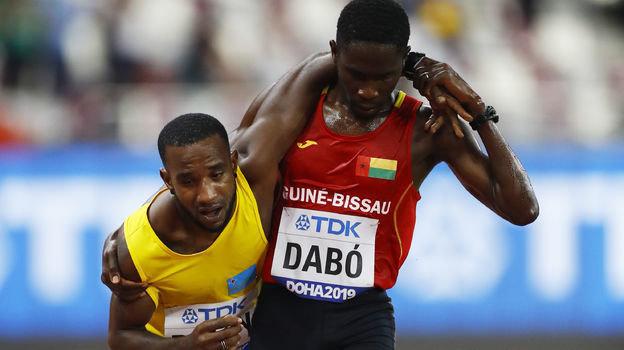 27сентября. Доха. Брайм Сункар Дабо (справа) помогает Джонатану Басби добраться дофиниша.