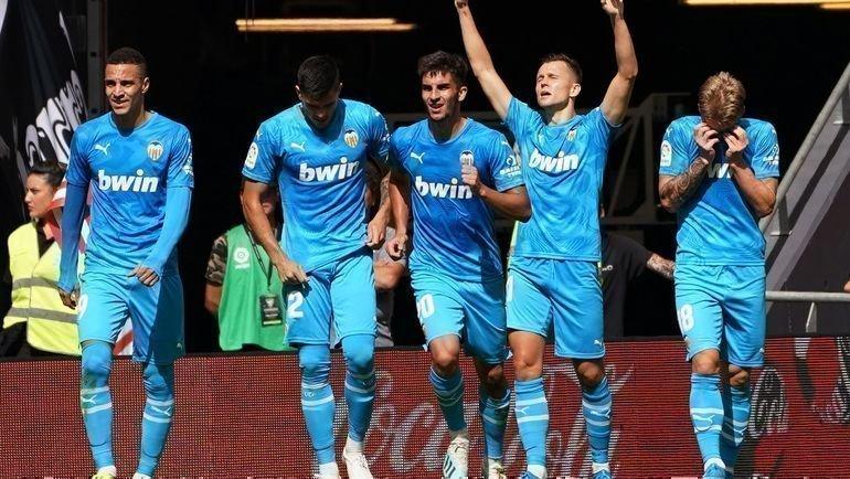 28сентября. Бильбао. «Атлетик»— «Валенсия»— 0:1. Денис Черышев (второй справа) празднует забитый гол. Фото AFP