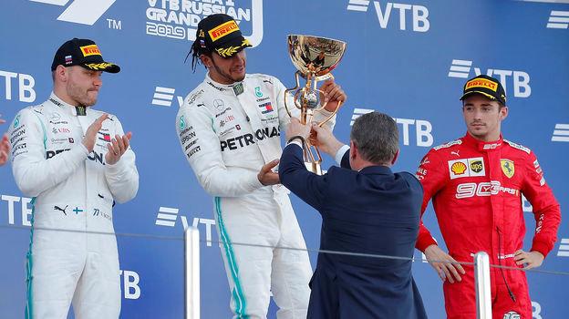 29сентября. Сочи. Дмитрий Козак вручает кубок победителю «Гран-при России». Фото Reuters