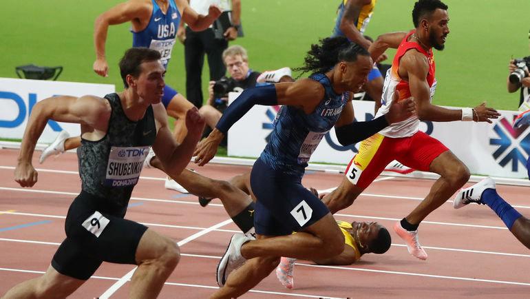 2октября. Доха. Сергей Шубенков (слева) финиширует вторым, ямаец Омар Маклауд падает. Фото REUTERS
