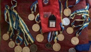 Шоковая история завершилась счастливым концом. Потерянные медали советского вратаря вернулись вего семью