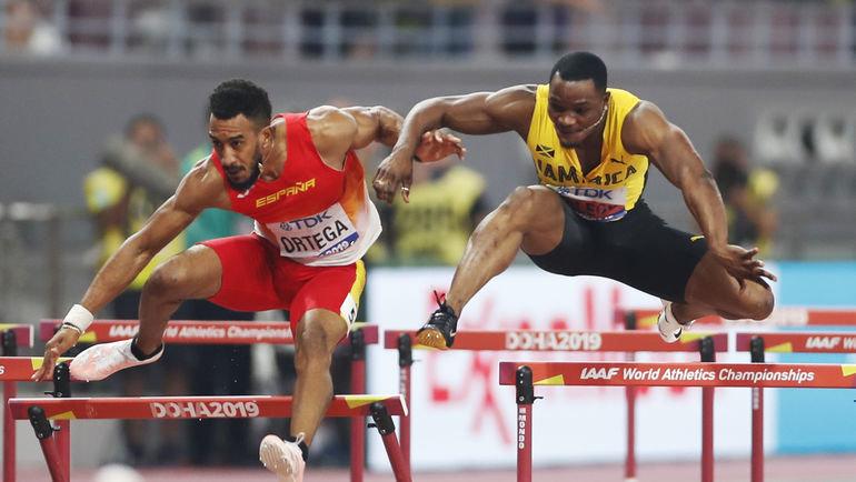 Омар Маклеод (слева) вовремя финального забега на110 метров наЧМ-2019. Фото REUTERS