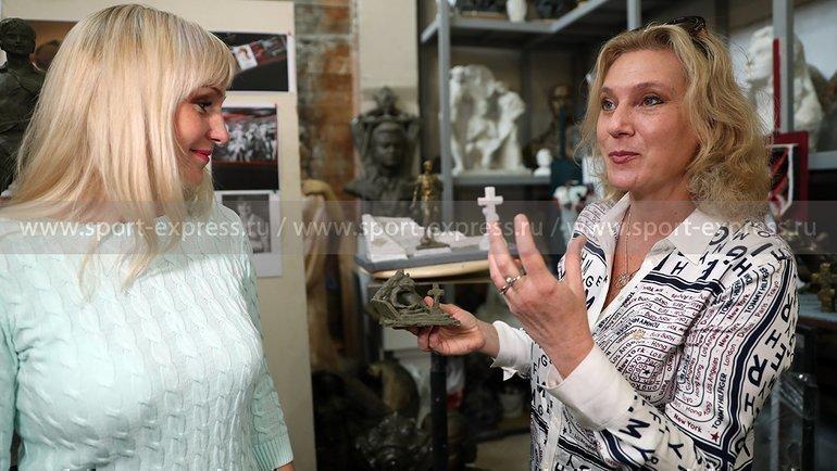 Скульптор Наталья Опиок (справа) и дочь Федора Черенкова Анастасия. Фото Александр Федоров, «СЭ» / Canon EOS-1D X Mark II