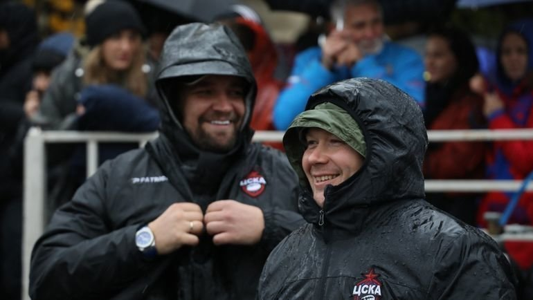 Член попечительского совета РК ЦСКА Василий Вакуленко (Баста) и президент клуба Алексей Митрюшин (справа).