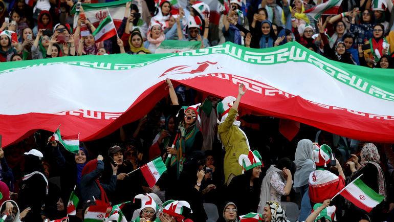 10октября. Тегеран. Иранские любительницы футбола. Фото Reuters