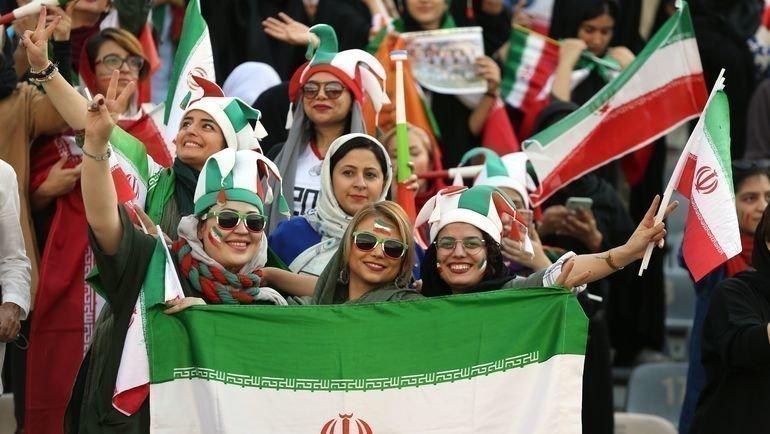 10октября. Тегеран. Иранские женщины нафутбольном матче сКамбоджей. Фото AFP