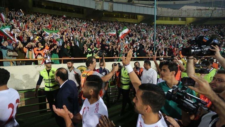 10октября. Тегеран. Иранские игроки благодарят трибуны. Фото AFP