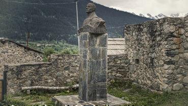 Бюст Михаила Хергиани, установленный впоселке Местия.
