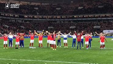 Игроки сборной России иболельщики отмечают победу исландскими хлопками