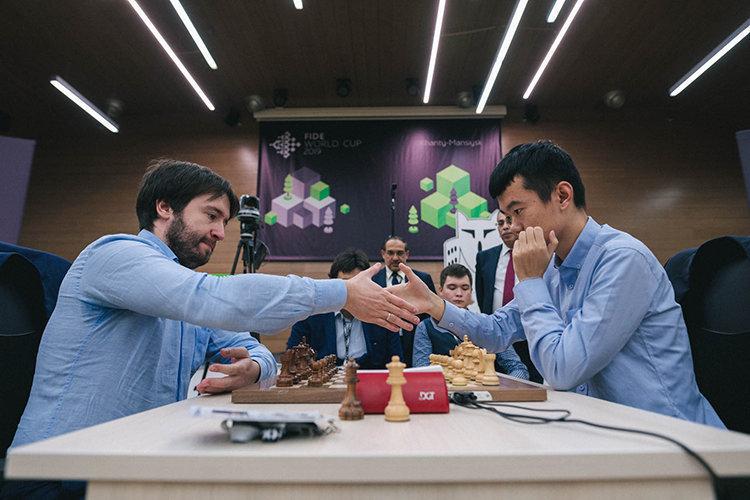 Вфинале Кубка мира Теймур Раджабов победил Дин Лижэня. Фото FIDE