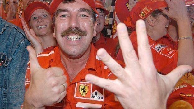 12октября 2003 года. Судзука. Болельщики Шумахера празднуют шестую победу. Фото Reuters
