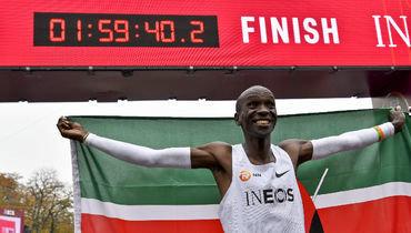 12октября. Вена. Элиуд Кипчоге сумел впервые вистории преодолеть марафонскую дистанцию за1 час 59 минут.