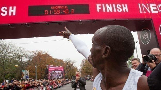 12октября. Вена. Элиуд Кипчоге сумел впервые вистории преодолеть марафонскую дистанцию за1 час 59 минут. Фото AFP