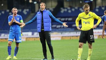 Игроки «Динамо» общаются сболельщиками после матча.