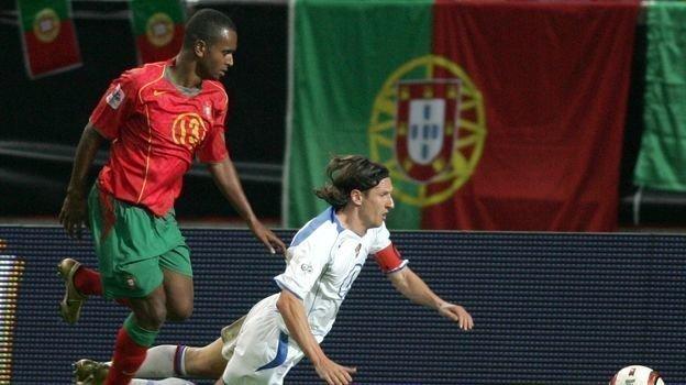 13октября 2004 года. Лиссабон. Португалия— Россия— 7:1. Нарушение правил против Алексея Смертина. Фото Александр Федоров,