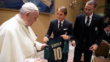 Папе Римскому вручили новую футболку сборной Италии