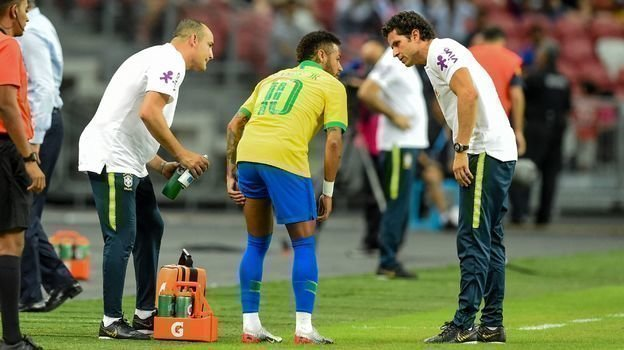 Неймар получил травму в матче с Нигерией. Фото AFP