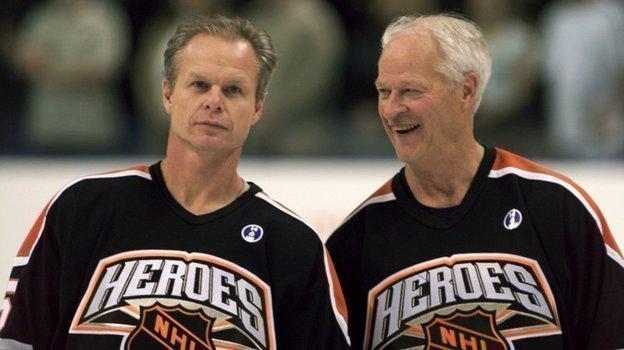 1999 год. Марк Хоу (слева) иГорди Хоу. Фото Reuters