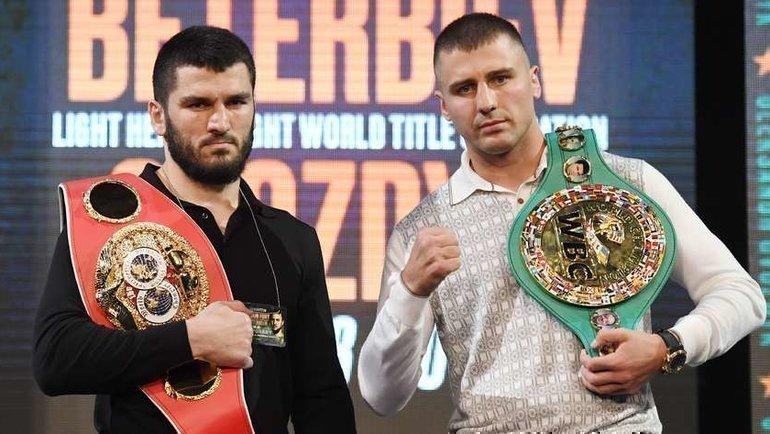 Артур Бетербиев (слева) иАлександр Гвоздик. Фото AFP