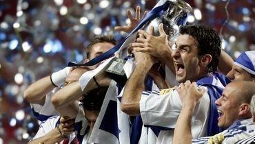 4июля 2004 года. Лиссабон. Португалия— Греция— 0:1. Траянос Деллас вместе скомандой празднует победу вфинале Евро-2004.