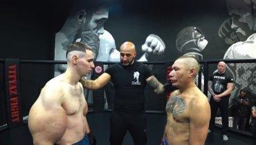 Кирилл Руки-базуки Терешин (слева) против Олега Монгола.