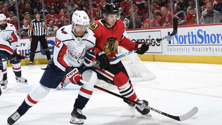 20октября. Чикаго. «Чикаго»— «Вашингтон»— 3:5. Вигре Евгений Кузнецов (слева). Фото nhl.com
