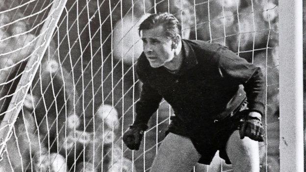 Вратарю сборной СССР и «Динамо», легенде Льву Яшину 22октября исполнилосьбы 90 лет, раритетные фотографии