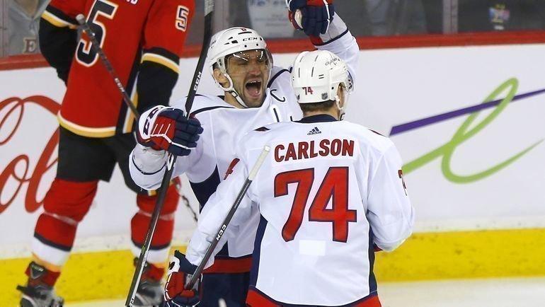 21октября. «Калгари»— «Вашингтон»— 3:5. Александр Овечкин иДжон Карлсон. Фото НХЛ