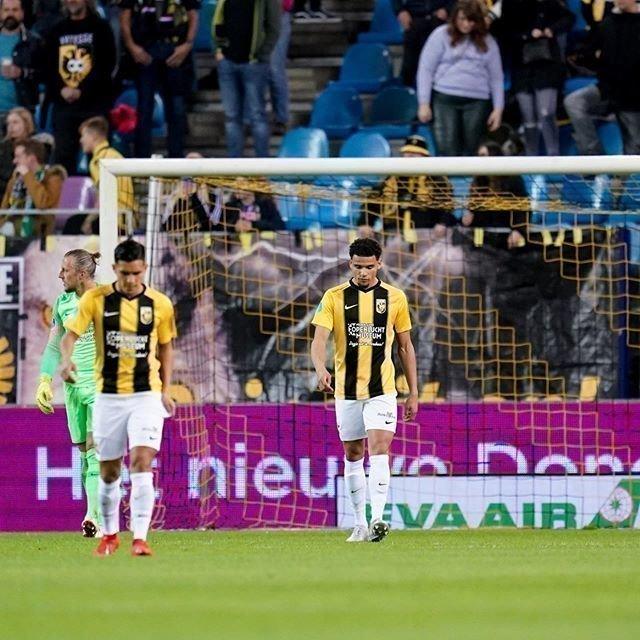26октября. Арнем. «Витесс»— «Ден Хаг»— 0:2. Игроки «Витесса» после пропущенного гола. Фото Instagram «Витесса».