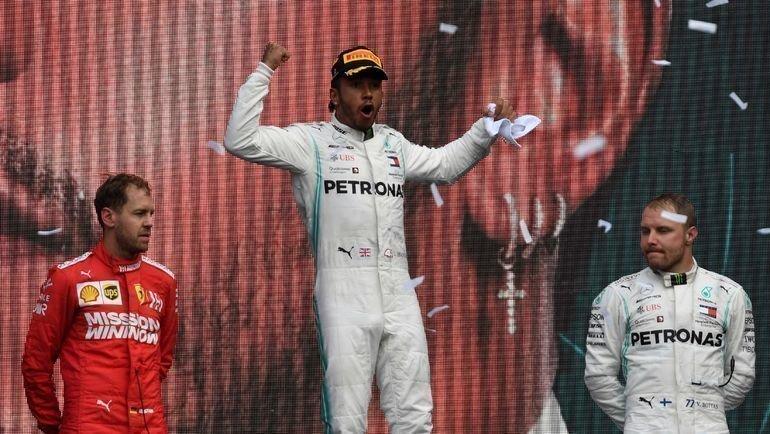 27октября. Мехико. Льюис Хэмилтон празднует победу. Титул— совсем близко. Фото AFP