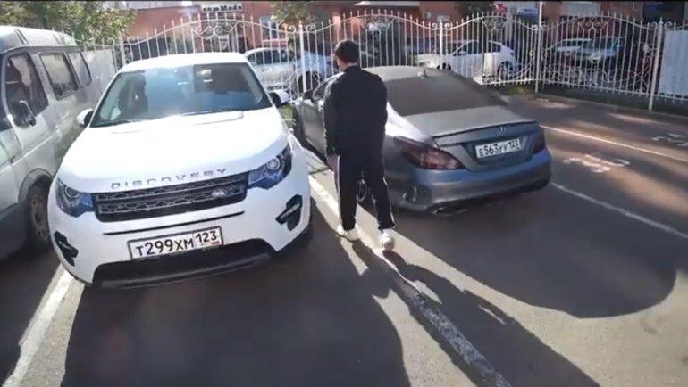 Магомед Шапи-Сулейманов показал Евгению Савину свою машину. Фото Youtube-канал «Красава»