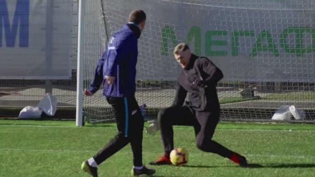 Артем Дзюба забивает Александру Волкову обидный гол.
