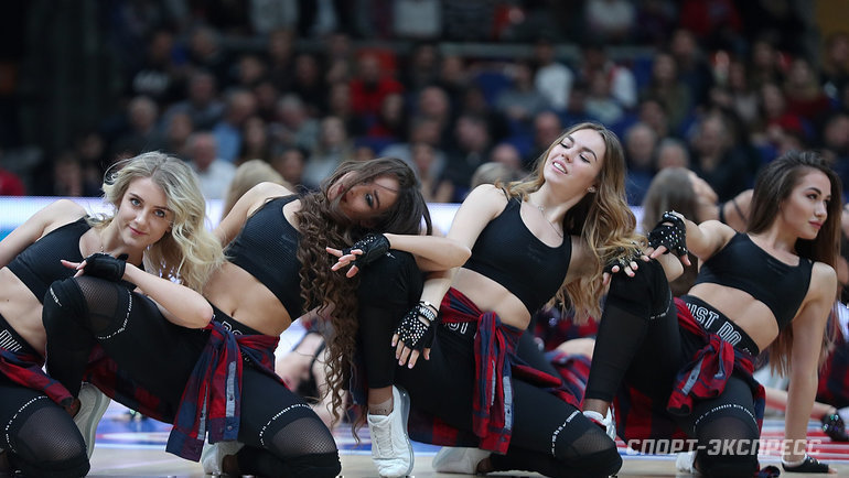 Какбы нистаралась группа поддержки порадовать своими танцами фанатов футбола, сделать это издалека очень сложно. Другое дело— баскетбол. Вся красота близко!