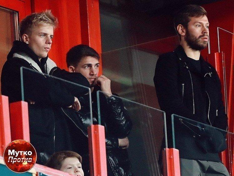 Юный болельщик смотрит матч вкомпании Федора Смолова. Фото «Мутко против»