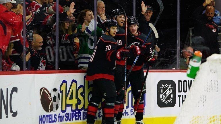 Российский нападающий Андрей Свечников (справа) набрал два очка вигре с «Детройтом». Фото НХЛ
