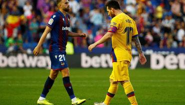 2ноября. Валенсия. «Леванте»— «Барселона»— 3:1. Гол Лионеля Месси (справа) непомог каталонской команде набрать очки.