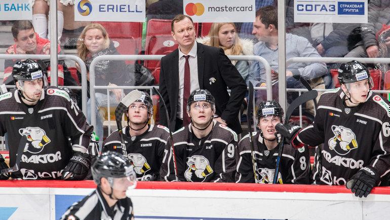 Петерис Скудра (вцентре) был уволен споста главного тренера «Трактора». Фото ХК «Трактор»