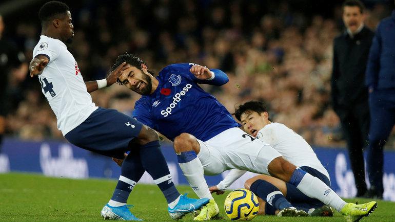 3ноября. Ливерпуль. «Эвертон»— «Тоттенхэм»— 1:1. Сон Хын Мин (справа) фолит наАндре Гомеше. После столкновения сСержем Орье португалец получил жуткое повреждение ноги. Фото Reuters