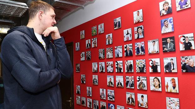 4ноября. Москва. Тимофей Мозгов рассматривает гостей редакции «Спорт-Экспресс». Фото Федор Успенский, «СЭ» / Canon EOS-1D X Mark II