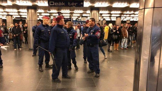 Полиция в метро. Фото Telegram-канал «Мог дома сидеть»