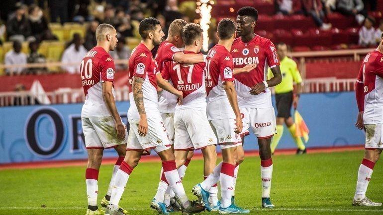 9ноября. Монако. «Монако»— «Дижон»— 1:0. Монегаски поздравляют Александра Головина (вцентре) после забитого гола. Фото ФК «Монако»