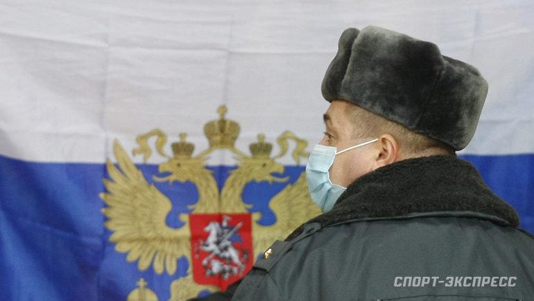 14ноября 2009 года. Москва. Милиционер смарлевой повязкой наигре вЛужниках.